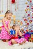 Das Mädchen machte eine Überraschungsschwester der neuen Jahre Lizenzfreie Stockfotografie