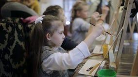 Das Mädchen malt ein Bild in einem Kind-` s Studio der schöner Kunst Schule der frühen Entwicklung stock footage