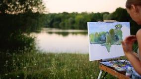 Das Mädchen mit Begeisterung zeichnet Farben auf einem Papier eine Landschaft stock video