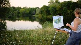 Das Mädchen mit Begeisterung zeichnet Farben auf einem Papier eine Landschaft stock video footage