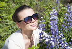 Das Mädchen mit blauen Blumen Lizenzfreie Stockbilder