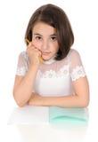 Das Mädchen mit Bleistift und Schreibenbuch Stockbilder
