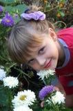 Das Mädchen mit Blumen stockfoto