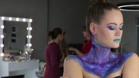 Das Mädchen mit dem fabelhaften Haar und fantastischem Make-up stock video