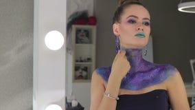 Das Mädchen mit dem fabelhaften Haar und fantastischem Make-up stock footage