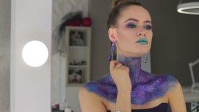 Das Mädchen mit dem fabelhaften Haar und fantastischem Make-up stock video footage