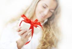 Das Mädchen mit dem Geschenk Stockbild