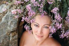 Das Mädchen mit dem Haar der Blumen Stockfotos