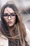 Das Mädchen mit dem langen Haar im windigen Wetter Lizenzfreies Stockbild