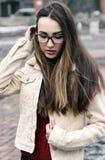Das Mädchen mit dem langen Haar im windigen Wetter Lizenzfreies Stockfoto