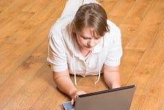 Das Mädchen mit dem Laptop Lizenzfreies Stockbild