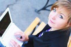 Das Mädchen mit dem Notizbuch Lizenzfreie Stockfotos