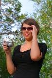 Das Mädchen mit der Kamera lizenzfreie stockfotos