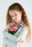 Das Mädchen mit einem alstromeriya Lizenzfreie Stockfotos