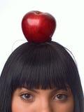 Das Mädchen mit einem Apfel Stockfotos
