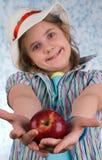Das Mädchen mit einem Apfel lizenzfreies stockbild