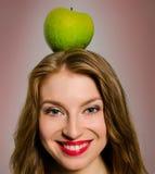 Das Mädchen mit einem Apfel Lizenzfreie Stockbilder