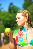 Das Mädchen mit einem Apfel in der Hand Stockfotos