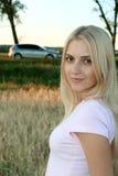 Das Mädchen mit einem Auto Stockbild