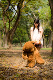 Das Mädchen mit einem Bären Lizenzfreies Stockbild