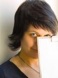 Das Mädchen mit einem Blatt eines Papiers Lizenzfreie Stockfotografie