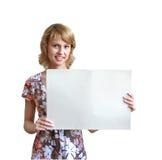 Das Mädchen mit einem Blatt eines Papiers Lizenzfreie Stockbilder