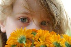 Das Mädchen mit einem Blumenstrauß Stockfotografie