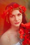 Das Mädchen mit einem Blumenstrauß von Blumen Lizenzfreie Stockfotos