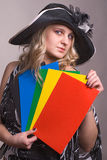 Das Mädchen mit einem Farbenpapier stockfotos