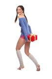 Das Mädchen mit einem Geschenk lizenzfreie stockfotografie