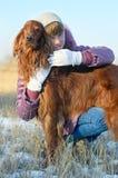 Das Mädchen mit einem Hund. Lizenzfreies Stockfoto