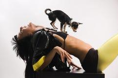 Das Mädchen mit einem kleinen Hund Stockfotografie