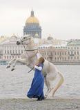 Das Mädchen mit einem Pferd auf Kai Lizenzfreie Stockfotografie
