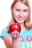 Das Mädchen mit einem roten Apfel Lizenzfreie Stockfotografie