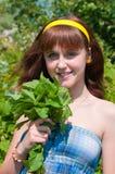 Das Mädchen mit einem tadellosen Blumenstrauß lizenzfreies stockbild