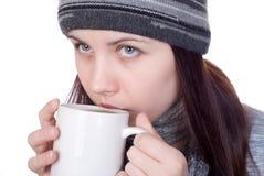 Das Mädchen mit einem Teebecher Stockfoto