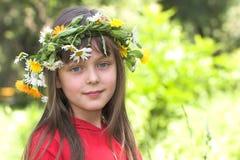 Das Mädchen mit einem Wreath Stockfotos