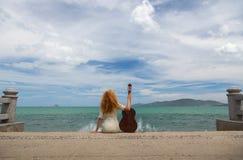 Das Mädchen mit einer Gitarre Lizenzfreies Stockfoto
