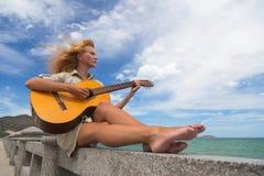 Das Mädchen mit einer Gitarre Lizenzfreie Stockbilder