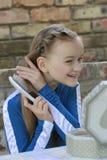 Das Mädchen mit einer Haarbürste Stockfotos