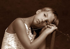 Das Mädchen mit einer Kamille Lizenzfreies Stockbild