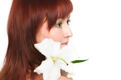 Das Mädchen mit einer Lilienblume Lizenzfreie Stockbilder