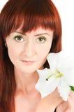 Das Mädchen mit einer Lilienblume Stockbild