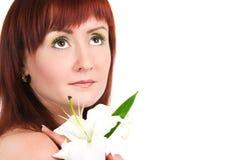 Das Mädchen mit einer Lilienblume lizenzfreie stockfotografie