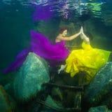 Das Mädchen mit einer Violine unter Wasser lizenzfreies stockbild