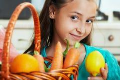 Das Mädchen mit Obst und Gemüse Stockfotos