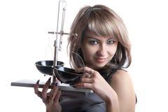 Das Mädchen mit pharmazeutischen Skalen in den Händen Stockfoto