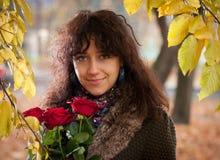 Das Mädchen mit roten Rosen Lizenzfreie Stockfotografie
