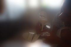 Das Mädchen mit Sandalen lizenzfreies stockbild