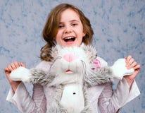 Das Mädchen mit Spielwaren stockfotografie